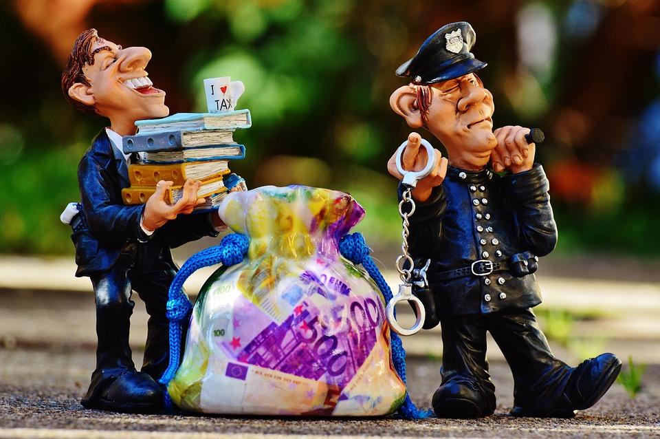 警官と詐欺師のフィギュア